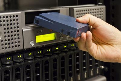 Die Vorteile von Disk-Backup-Lösungen liegen auf der Hand: kürzere Zeitfenster bei der Sicherung, erheblich schnelleres Recovery und einfacheres Handling. Hier mehr zum Thema ...
